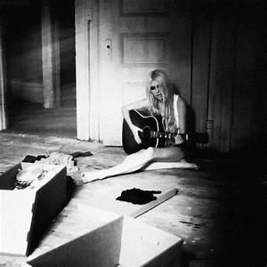 girl playing guitar on Tumblr