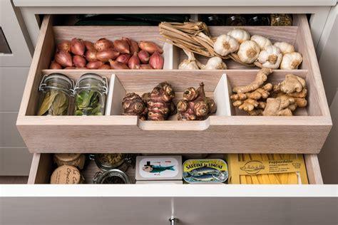 cuisine type ikea un rangement optimisé avec les organiseurs de cuisine