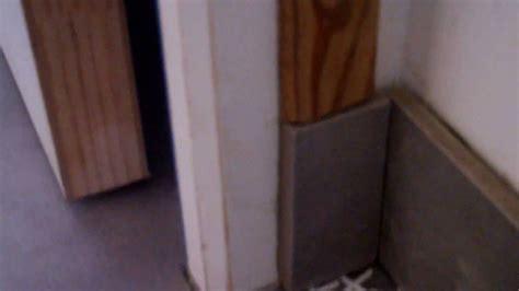poser plinthe cuisine poser des plinthes avec des carreaux de carrelage