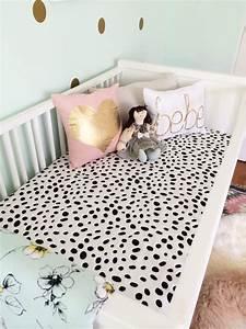 une chambre de bebe glam pour un style deco original et With affiche chambre bébé avec tapis fleuris laine
