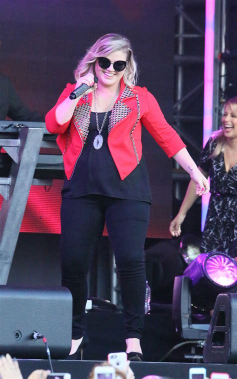 Kelly Clarkson Debuts Her Son's First Baby Photo | Star ...