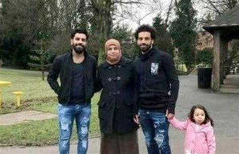 يعد صلاح بالفعل بمثابة بطلا قوميا في مصر. محمد صلاح يظهر مع والدته وشقيقه وابنته في شوارع ليفربول - بوابة الأهرام