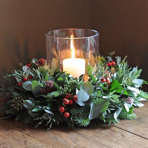 weihnachtsgestecke basteln ein weihnachtskranz mit roten