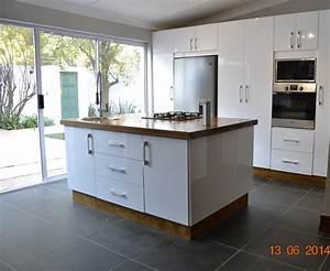 White high gloss acrylic kitchen nico39s kitchens for Bathroom warehouse johannesburg