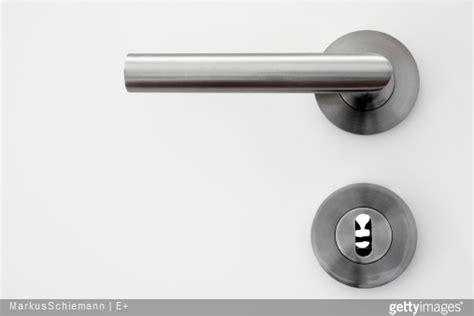 une poignee de porte changer ses poign 233 es de porte faire appel 224 un serrurier famille magazine