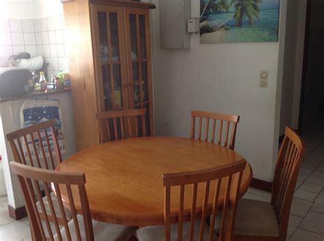 table de cuisine ronde en bois table ronde 6 chaises en bois placard de cuisine