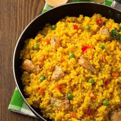 table de cuisine recette riz au poulet et petit pois aromatisé au safran