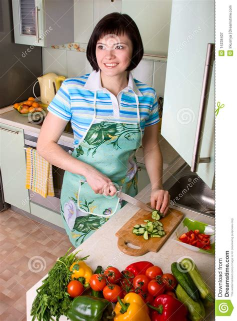 la cuisine des femmes légumes de découpage de femme dans la cuisine
