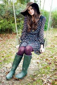 Love the colored tights grenn boots and hat with this dress. Fall/winter collection 2015 ...