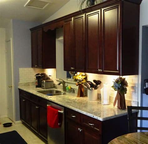 cuisine meuble cuisine bois brut avec orange couleur