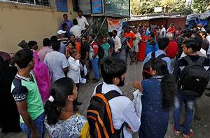 Huge queues gather outside banks to exchange old Rs 500 ...