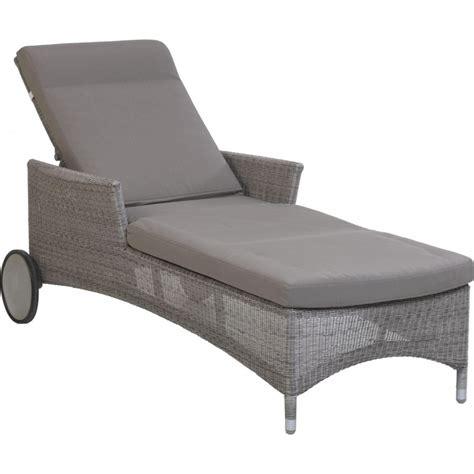 coussin pour chaise longue chaise longue avec coussin table de lit
