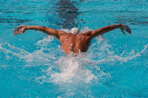 michael phelps dive diving investigated by a swimmer