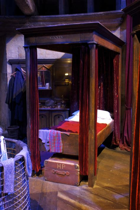 Gryffindor Boys Dormitory, Harry Potter's Bed Anrnabroad