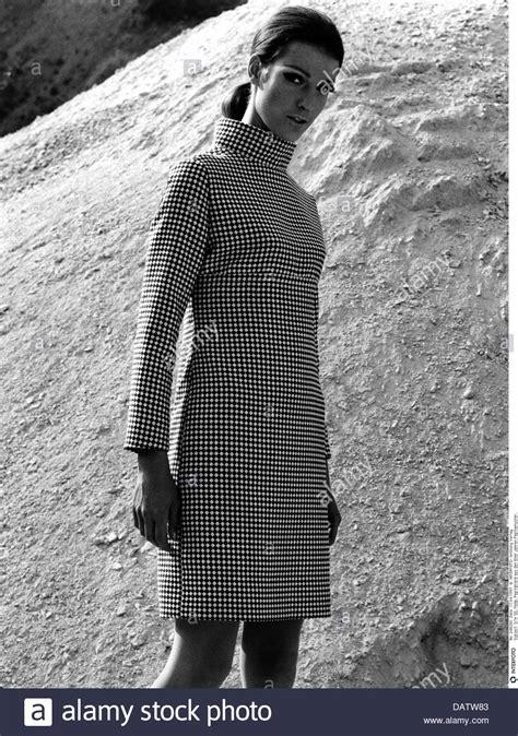 mode der 60er jahre frauen mode 1960er jahre damenmode frau pepita kleid 1960er jahre der 60er jahre des 20