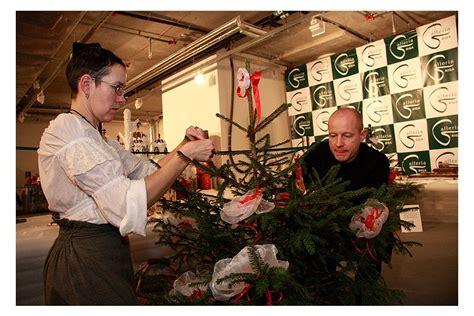 Modes mākslinieki un sabiedrībā zināmi cilvēki piedalās labdarībā un rotā Ziemassvētku eglītes ...