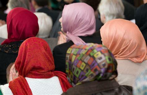Laut grundsatzentscheidung verstößt das generelle. Muslime in Berlin: Lehrerin mit Kopftuch scheitert vor ...