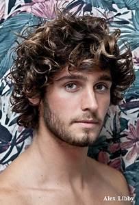 Coiffure Homme Bouclé : cheveux long fris homme ~ Melissatoandfro.com Idées de Décoration