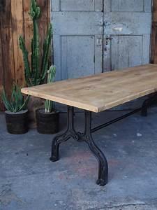 Table Industrielle Bois : grande table industrielle plateau chene pied fonte ~ Teatrodelosmanantiales.com Idées de Décoration
