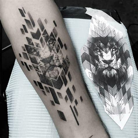 effektvolles tattoo design abstrakt scherben loewe