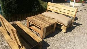 Diy pallet coffee table with a unique sofa 101 pallets for Unusual outdoor coffee tables