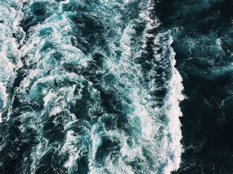 ¿Por qué vemos el mar de color azul si el agua es