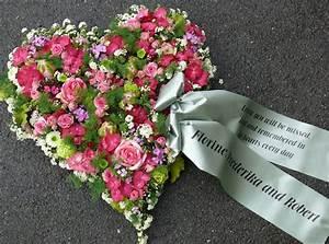 Herz Mit Blumen : herz mit schleife trauer pinterest blumen trauerfloristik und trauer ~ Frokenaadalensverden.com Haus und Dekorationen