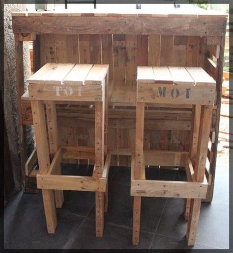 canapé avec des palettes le bar et ses tabourets la boîte à woody