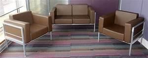 Fauteuil Deux Places : canape deux places et deux fauteuils en cuir marron et ossature en aluminium mat de la marque quint ~ Teatrodelosmanantiales.com Idées de Décoration