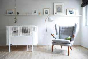 bilder für babyzimmer babyzimmer mit gitterbett und grauem lounge sessel roomido