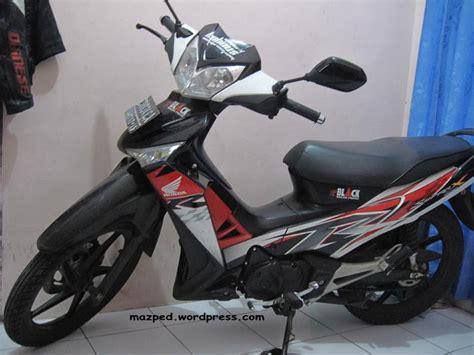 Striping khas pada bodi motor akan membuat tampilannya lebih artistik. Gambar Motor Supra X 125 Hitam Putih   rosaemente.com