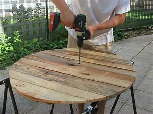 emejing construire table de jardin en bois pictures With superior maison en tronc d arbre 1 construire une table de jardin en bois de palette sur