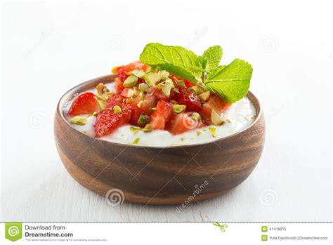 dessert de yaourt avec les fraises les pistaches et la menthe fra 238 ches