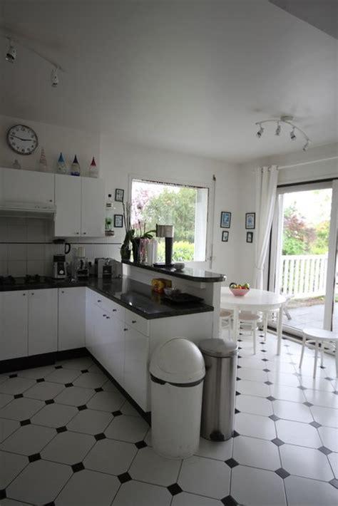objet insolite cuisine photo maison contemporaine bois noir et blanc déco photo