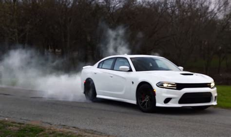 charger hellcat burnout 2015 dodge charger hellcat does a burnout as break in