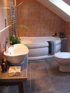 Corner Bath Tubs Are Big In Small Spaces