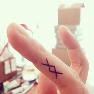 Finger Tattoo Symbole : finger tattoo ancient viking symbol spiritual mental physical emotional strength woman ~ Frokenaadalensverden.com Haus und Dekorationen