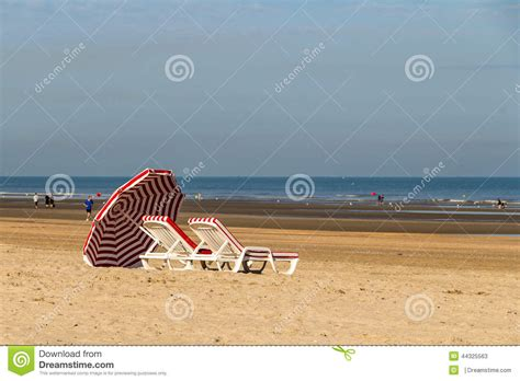 intermarché porte de la mer colorfull porte les stalles changeantes sur la plage de la