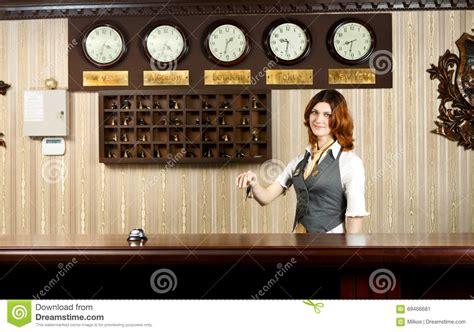 receptionniste de bureau réceptionniste d 39 hôtel au contre bureau avec des clés