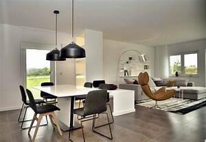 Wohnzimmer Lampe Holz : gro z giges wohnzimmer mit sofa drehsessel b cherregal ~ Lateststills.com Haus und Dekorationen
