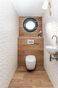 wc avec carrelage imitation bois et carrelage blanc en With carrelage adhesif salle de bain avec lumiere led interieur maison
