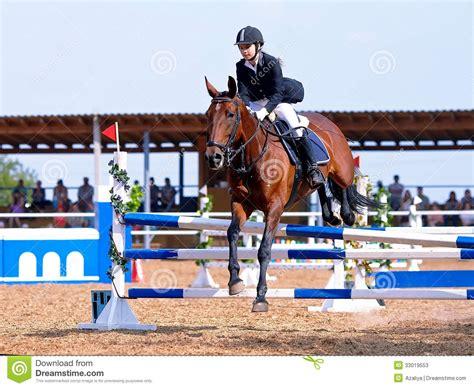 Sprong Op Een Rood Paard Door Een Hindernis. Stock Foto's ...