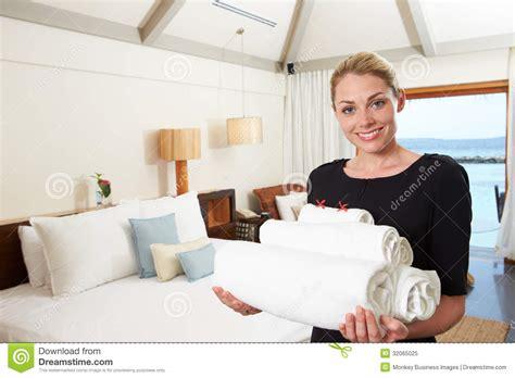 devenir femme de chambre portrait de femme de chambre d 39 hôtel avec des serviettes