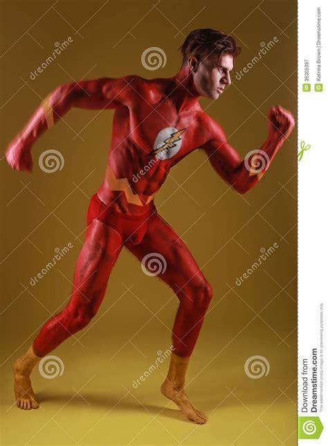 homme peint par corps comme super h 233 ros g 233 n 233 rique d
