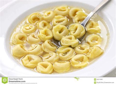 cuisine en italien tortellini dans le brodo cuisine italienne photo stock