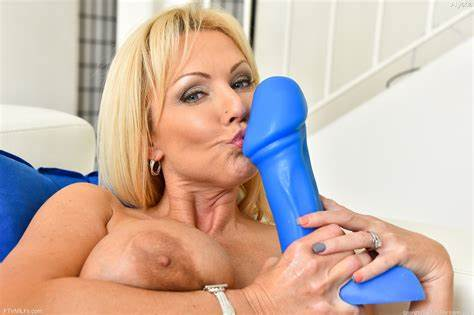 Monster Clear Toy In Her Opened Bum Buxom Dark Mommiesmommie Stretches Lips For Biggest Dildos And Bottle
