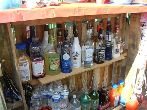 hometalk building  tiki bar  pallets