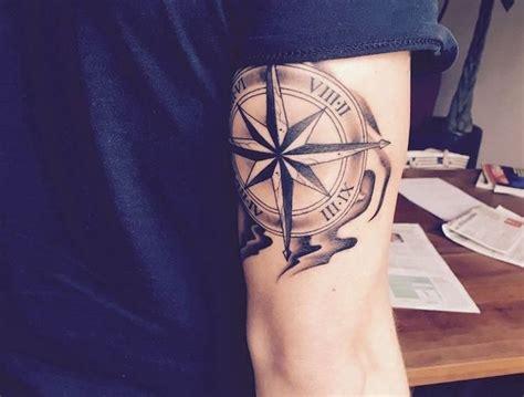 tatouage mollet homme boussole