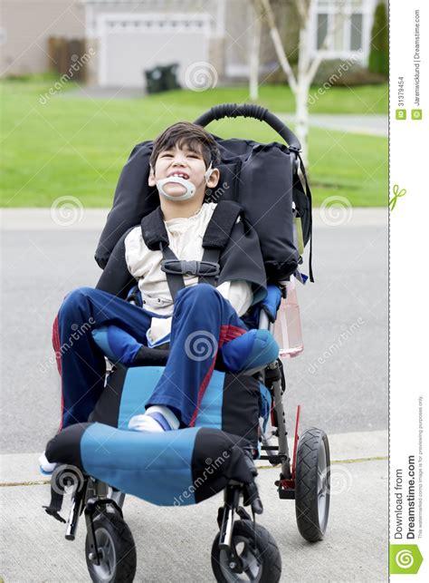 Acquisto Sedia A Rotelle - piccolo ragazzo disabile felice in sedia a rotelle