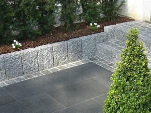 hellgrauer granit randstein als beeteinfassung traum With französischer balkon mit wassersäule garten granit